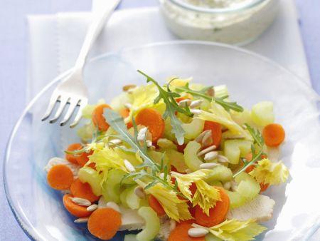 Kerniger Salat mit Pute, Karotten und Sellerie