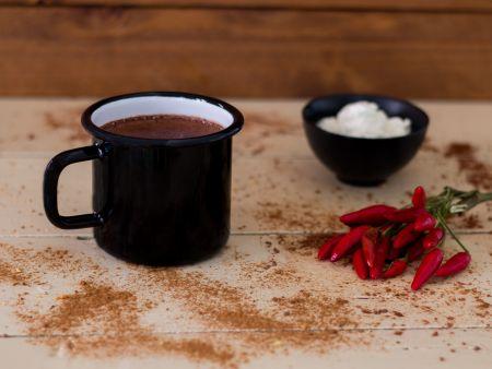 Keto Gewürz-Kakao mit einem Schälchen Sahne