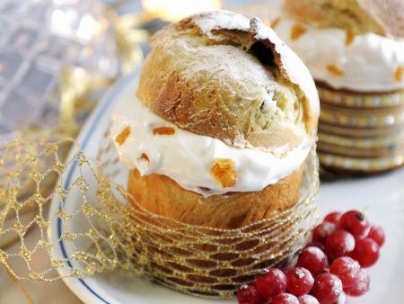 Kleine Panettone mit Früchte-Sahne