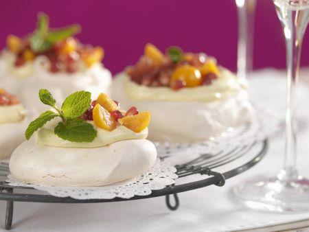 Rezept: Kleine Pavlovas mit Obst-Sahne-Topping