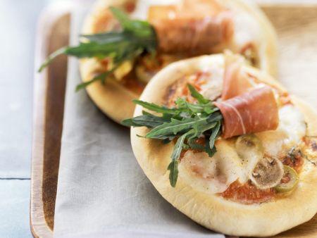 Kleine Pizzen mit Rucola und Schinken