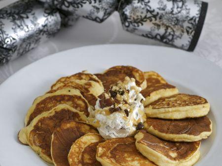 Kleine Ricotta-Pfannkuchen mit Honigjoghurt und Beeren