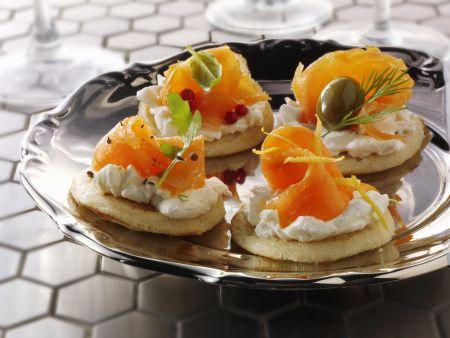 Kleine russische Pfannkuchen mit Frischkäse und Lachs