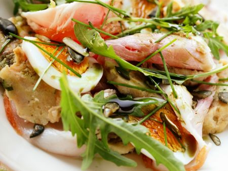 Knödelsalat mit Schinken, Ei und Rucola