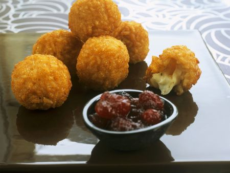 Knusprige Risotto-Mozzarella-Bällchen mit Cranberry-Dip