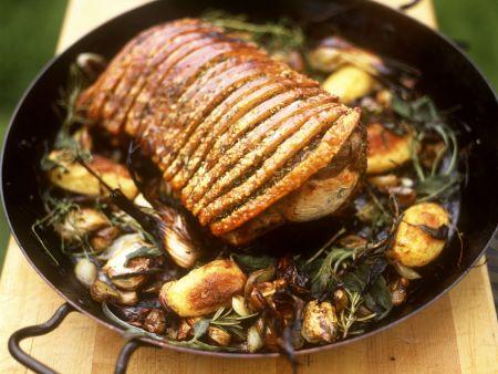Knuspriger Schweinebraten mit Kräutern und Kartoffeln