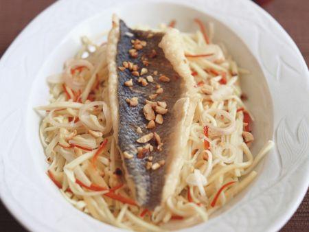 Knuspriger Wolfsbarsch auf Weißkohl mit Erdnüssen