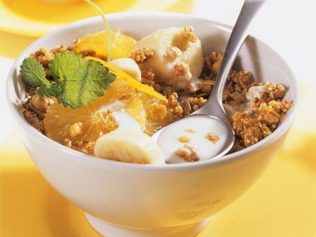 Knuspriges Müsli mit Kefir, Orange und Banane