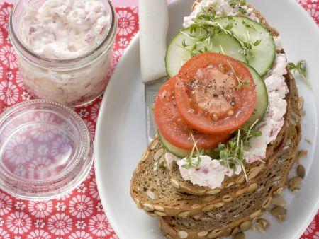 Körniges Brot mit Frischkäse, Tomaten und Gurke