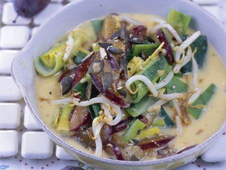 Kokos-Curry mit Sprossen, Zwetschgen und Porree