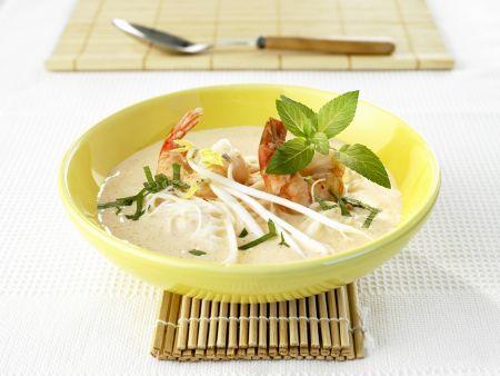Kokosmilchsuppe mit Shrimps, Reisnudeln und Sojasprossen