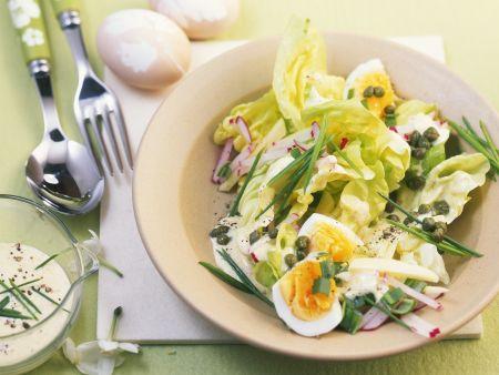 Kopfsalat mit gekochten Eiern und Kapern