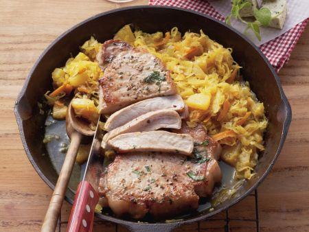 Kotelett mit Sauerkraut und Ananas