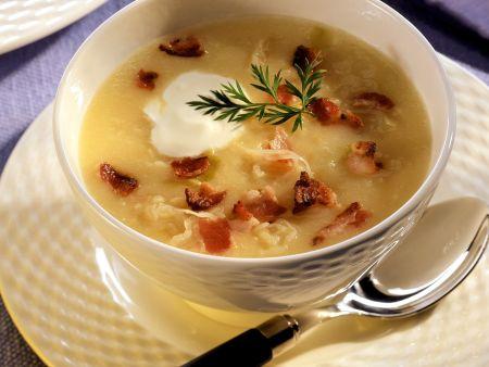Kräftige Kartoffelsuppe mit Sauerkraut und Speck