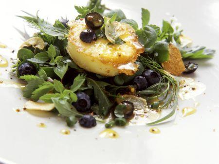 Kräuter-Blaubeer-Salat mit Ziegenkäsetaler mit geröstetem Knoblauch