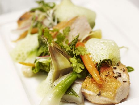 Kräuterhühnchen mit gemischtem Gemüse und luftiger Soße