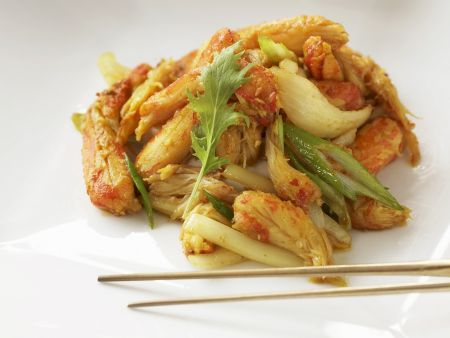 Krebsfleisch mit Lauchzwiebeln auf asiatische Art