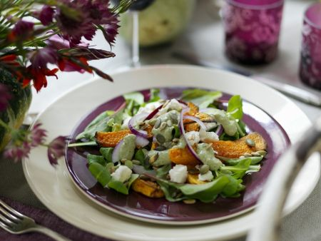 Kürbisschnitten mit Salat