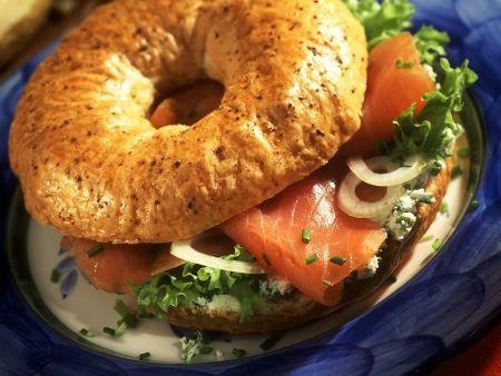 Lachs-Frischkäse-Bagel mit Zwiebeln