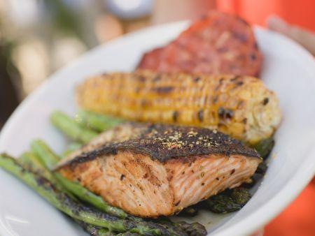 Lachs, Maiskolben und Gemüse vom Grill