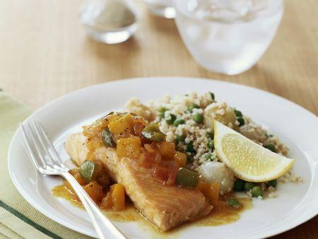 Lachs mit pikanter Salsa und Couscous