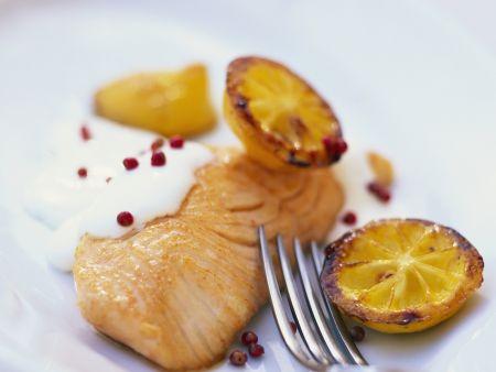 Lachsfilet mit Sauerrahm und gebratener Zitrone