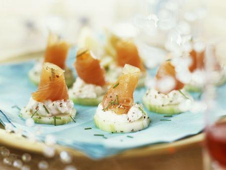 Lachshäppchen mit Fischkäse und Gurke