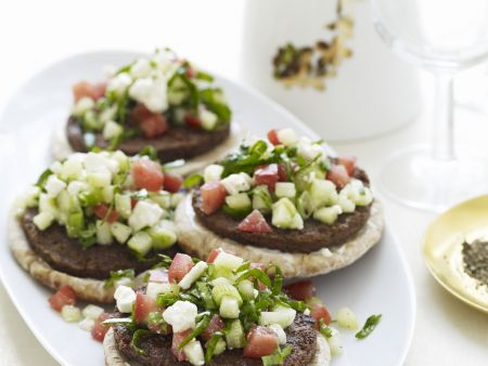 Lamm-Burger mit Schafskäse und Tomaten