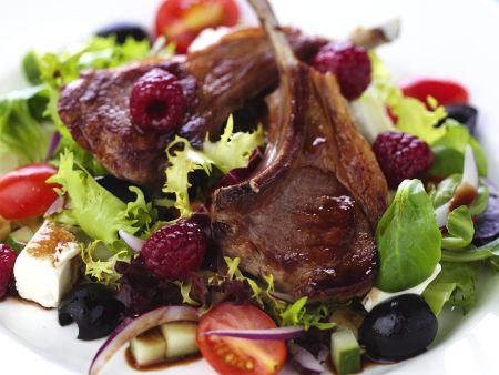 Lammchops mit Himbeeren und griechischem Salat