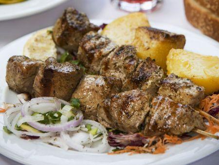 Lammfleischspieße mit Salat und Kartoffeln