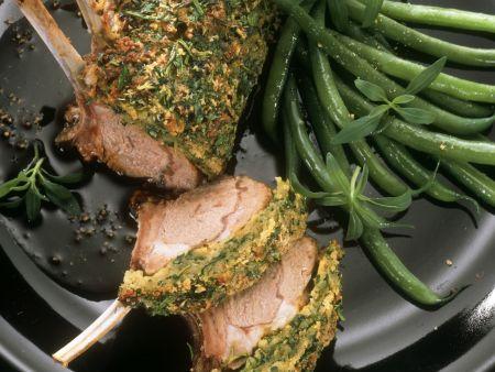 Lammkarree mit Kräuterhaube und grünen Bohnen