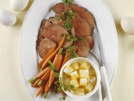 Lammkeule mit Karotten und Kartoffelwürfeln
