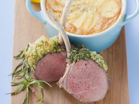 Lammkoteletts mit Kräuterpanade  dazu Kartoffelauflauf