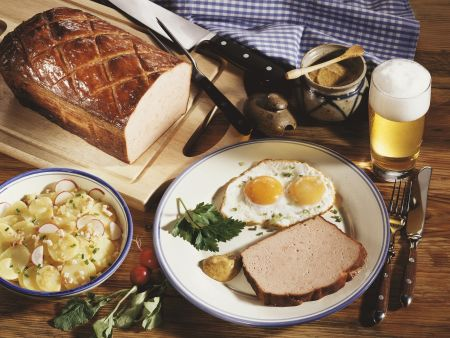 Leberkäs mit Spiegelei, Kartoffelsalat und Senf