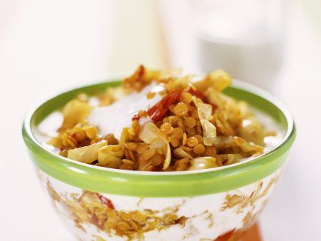 Linsen-Pfanne mit Spitzkohl und Joghurt