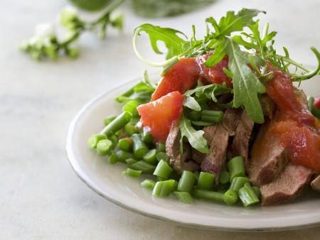 Medaillons vom Rind mit Bohnensalat, Tomaten und Rucola