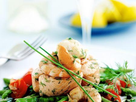 Meeresfrüchte auf Spargel-Tomatensalat