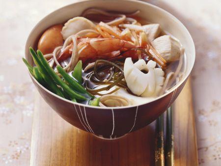 Meeresfrüchtesuppe mit Sobanudeln auf japanische Art