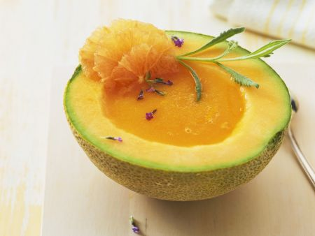 Melonensuppe in der Melone