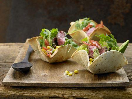 Mexikanischer Salat mit scharfem Rindfleisch im Tortillakorb