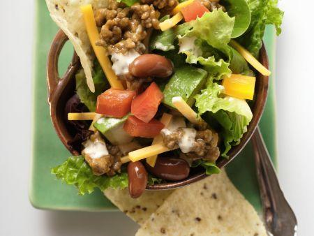 Mexiko-Salat mit Hackfleisch, Käse und Gemüse