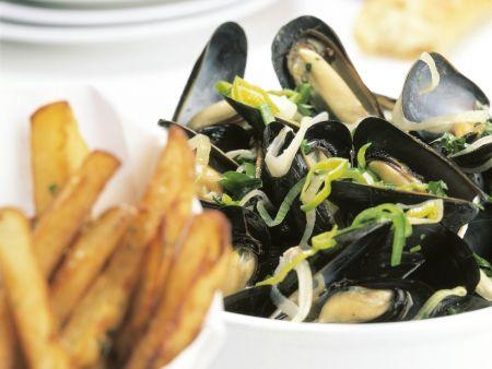 Miesmuscheln in Gemüsesud dazu knusprige Kartoffelsticks