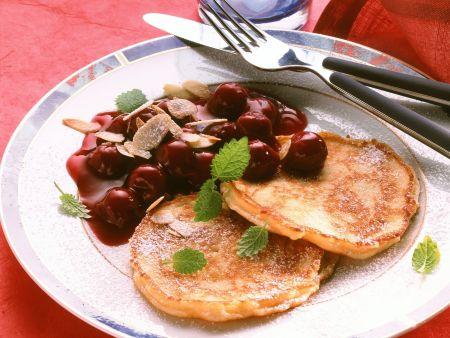 Mini-Pfannkuchen mit Kirschsoße