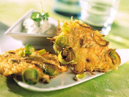 Möhren-Porree-Puffer mit Kräuterquark