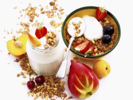 Müsli mit Naturjoghurt und frischen Früchten