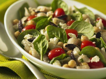 Nudel-Kichererbsen-Salat mit jungem Spinat, Tomaten, Oliven und Schafskäse