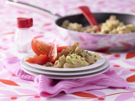 Nudel-Rührei mit Tomatensalat