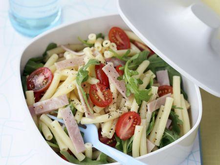 Nudel-Schinken-Salat mit Rucola und Tomaten