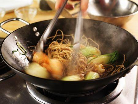 nudeln mit gem se aus dem wok rezept eat smarter. Black Bedroom Furniture Sets. Home Design Ideas