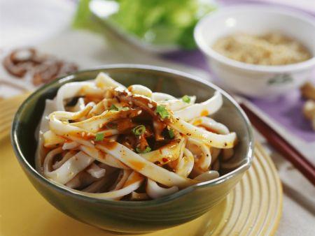 Nudeln mit würziger Soße auf chinesische Art